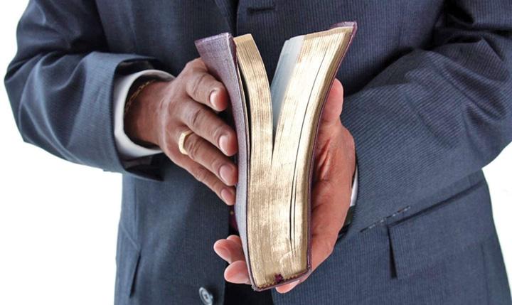 "pastor e biblia Gata cu ""paradeala"" in servicii!"