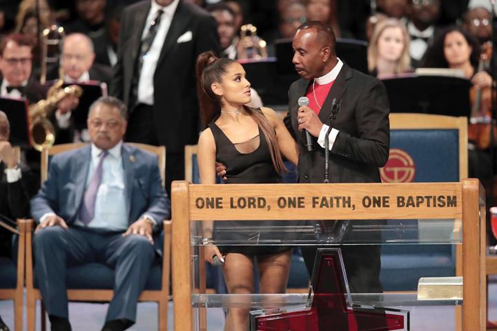 pastor Ariana Grande, pipaita de un pastor