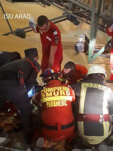 salvare barbat 375x500 Incident intr un depozit cu porumb din Arad. Barbat dus in stare grava la spital