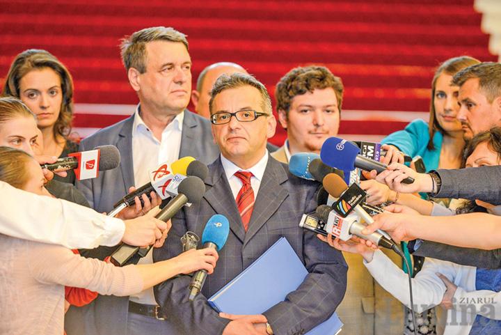 ZL Depunere semnaturi Coalitia pentru Familie Parlament 3 w2000 h1335 q100 Serviciile, cu ochii pe cele patru milioane de voturi de la referendum