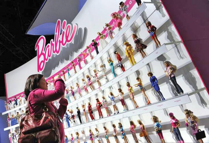 barbie Barbie lupta impotriva sexismului cu un profesor roman
