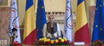 baiat canta imn 350x155 Dancila si ministrii, la Alba Iulia.Guvernul, sedinta solemna in orasul Marii Uniri (VIDEO)