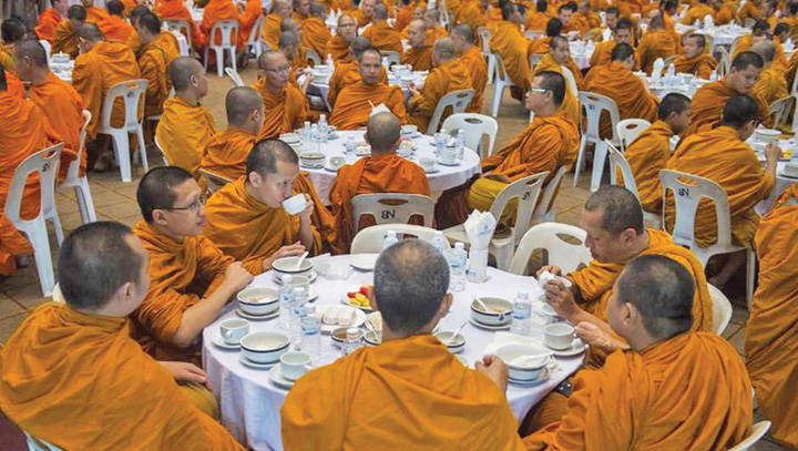 calugari 1 Calugarii budisti devin obezi