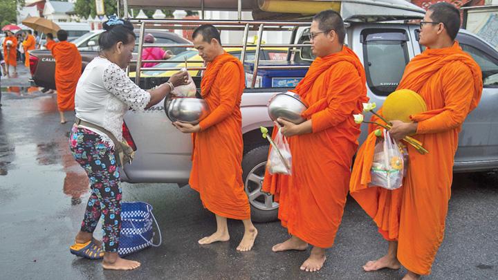 calugari Calugarii budisti devin obezi