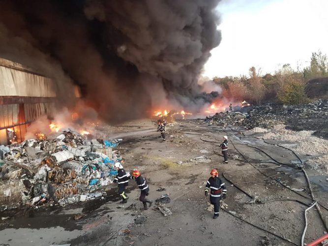 incendiu 2 667x500 Depozit de mase plastice din Ploiesti, inghitit de flacari si fum