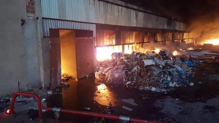 incendiu 3 720x405 Depozit de mase plastice din Ploiesti, inghitit de flacari si fum