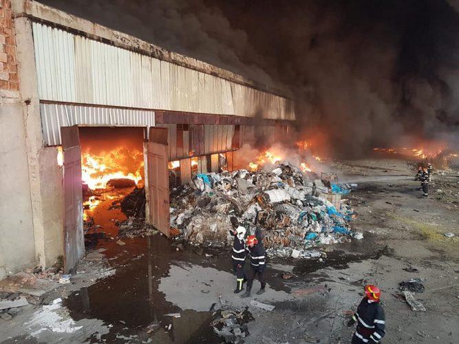 incendiu 667x500 Depozit de mase plastice din Ploiesti, inghitit de flacari si fum