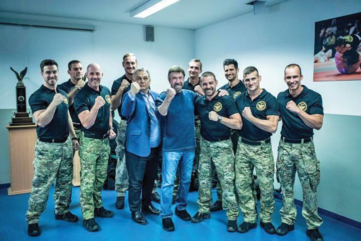 norris Viktor Orban isi face campanie cu Chuck Norris