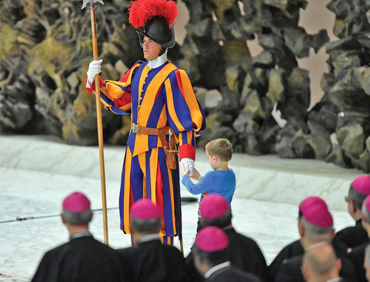 papa 1 Papa Francisc, eclipsat de un pusti