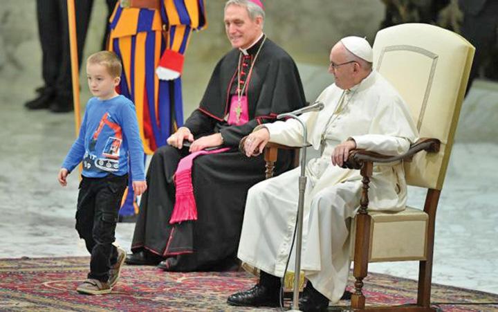 papa 2 Papa Francisc, eclipsat de un pusti