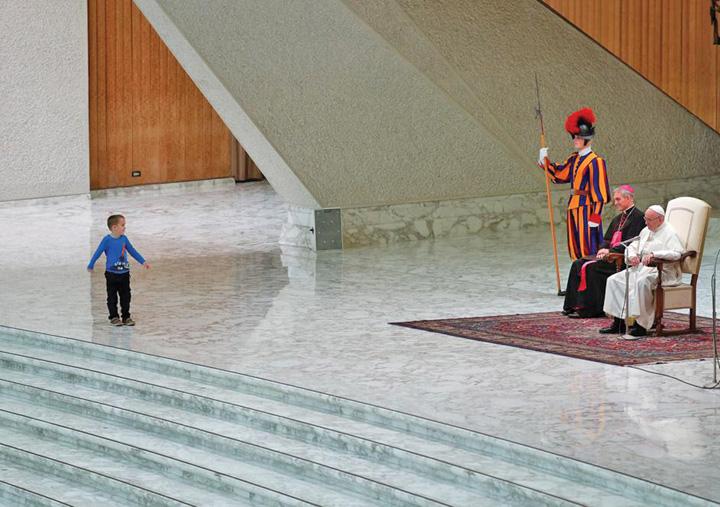 papa 3 Papa Francisc, eclipsat de un pusti