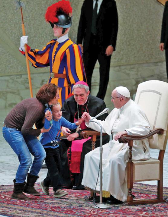 papa 4 Papa Francisc, eclipsat de un pusti
