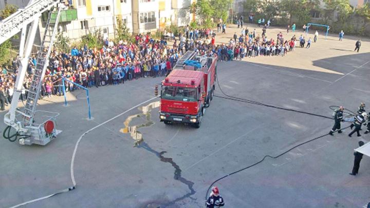 pompieri1 Exercitiile de alarmare in scoli, un  esec total
