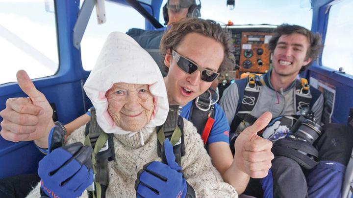 102 unu Sare cu parasuta la 102 ani