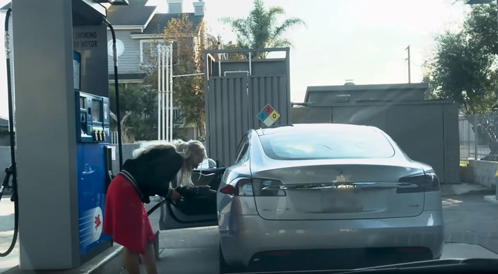 blonda 1 Blonda cu Tesla la benzinarie