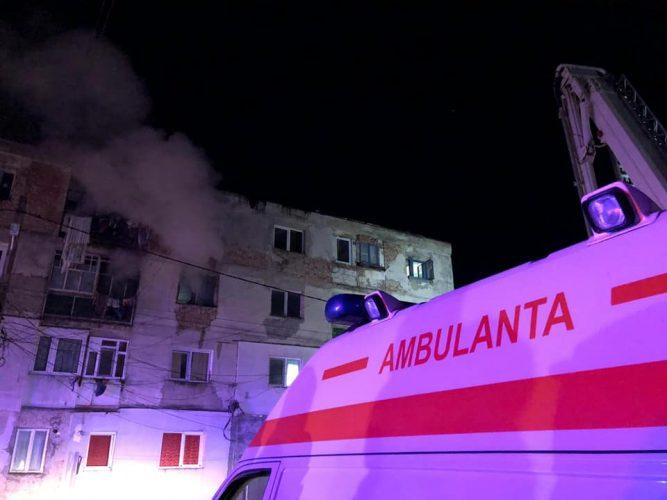 incendiu 2 667x500 32 de oameni, evacuati din cauza unui incendiu intr un bloc din Botosani (FOTO)