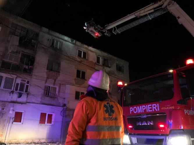 incendiu 667x500 32 de oameni, evacuati din cauza unui incendiu intr un bloc din Botosani (FOTO)