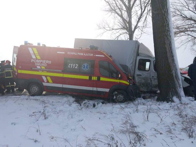 paramedici accident 667x500 Din salvatori, in victime: accident cu o ambulanta SMURD. Cinci oameni raniti