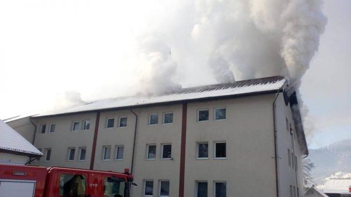 incendiu camin 2 720x405 Incendiu la un azil din Suceava: zeci de oameni evacuati