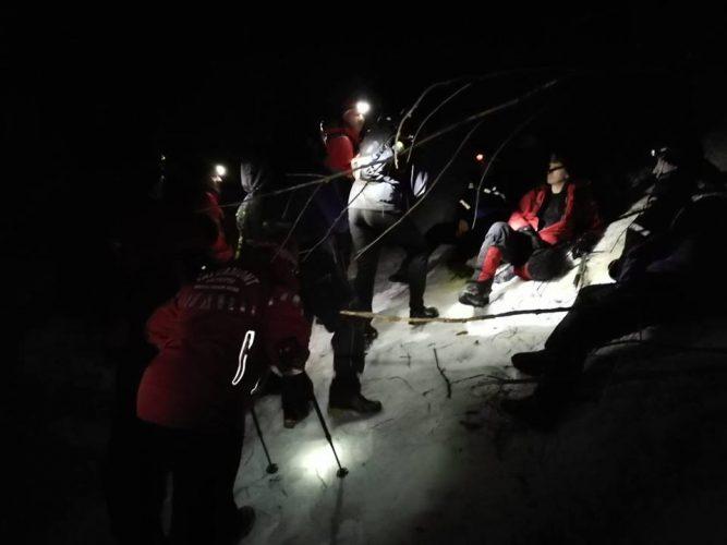 salvamontisti actiune 667x500 Interventie de 11 ore, pentru salvarea a doi turisti straini de pe munte