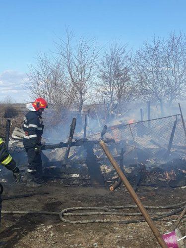 incendiu vn 375x500 Trei case au luat foc de la un incendiu de vegetatie scapat de sub control