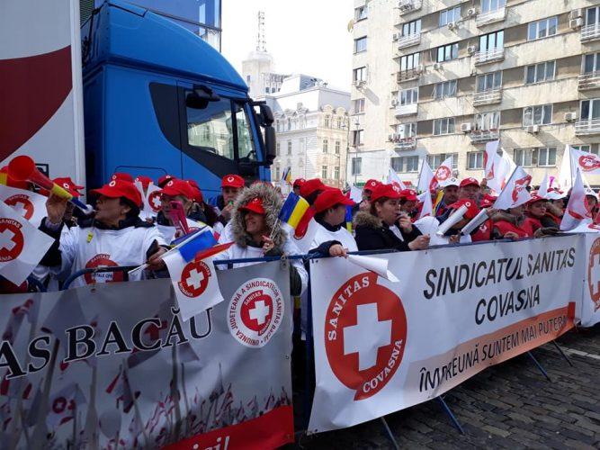 sanitas 667x500 Sute de sindicalisti Sanitas, protest in poarta Ministerului Sanatatii