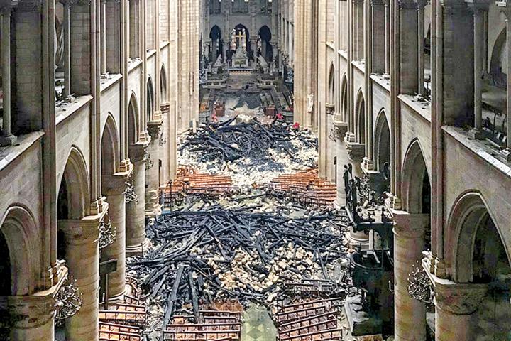 2 8 Franta cauta mestesugari pentru Notre Dame