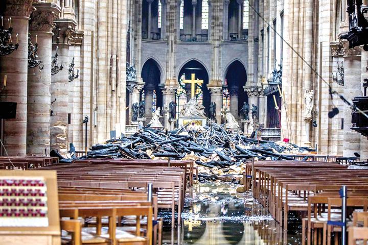 3 4 Franta cauta mestesugari pentru Notre Dame