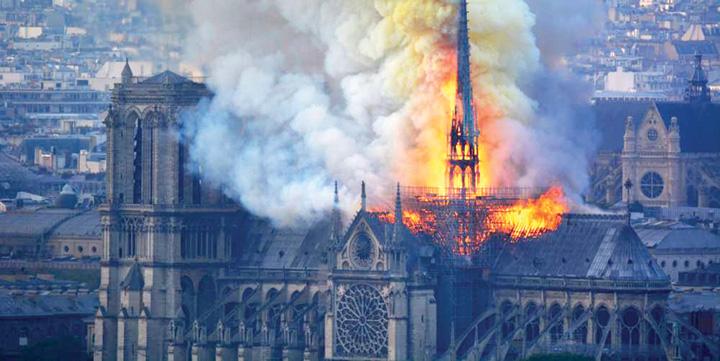 4 5 Franta cauta mestesugari pentru Notre Dame