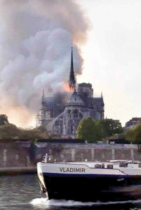 "57015710 10213812503017144 426226455601479680 n Notre Dame, ""Colectivul"" Frantei"