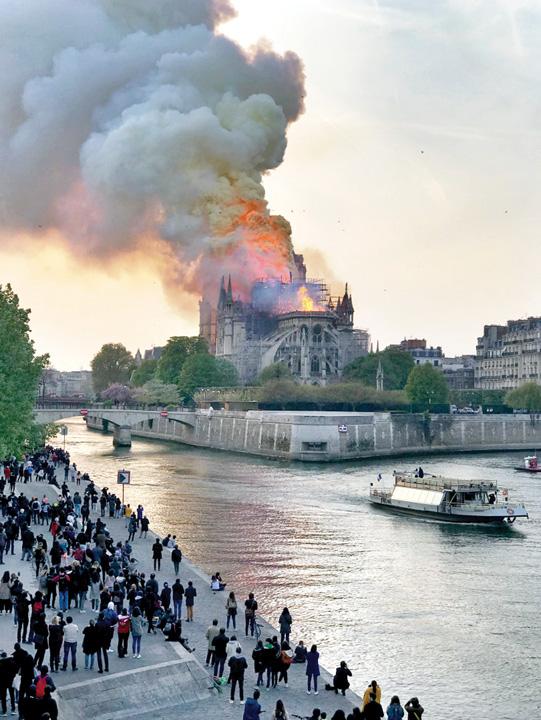 """LDN L NOTRE DAME FIRE 0416 01 Notre Dame, """"Colectivul"""" Frantei"""