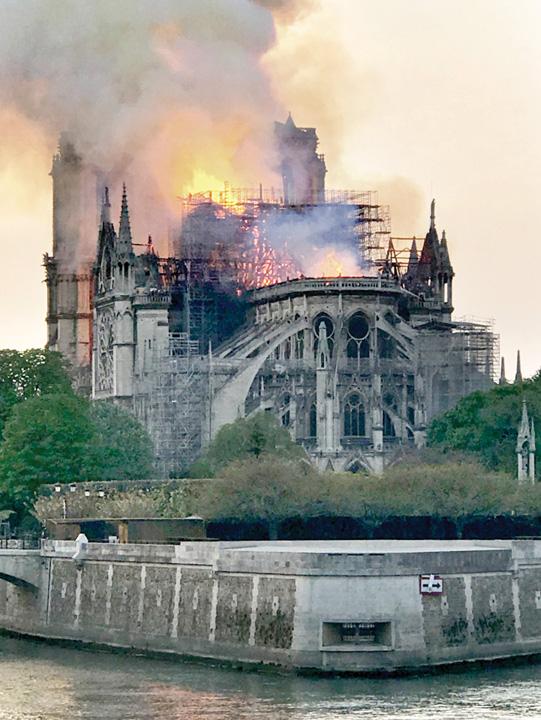 """LDN L NOTRE DAME FIRE 0416 02 Notre Dame, """"Colectivul"""" Frantei"""