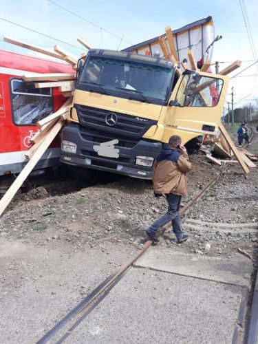 accident tren 2 375x500 TIR lovit de tren in Bistrita: opt raniti, trei dintre ei copii