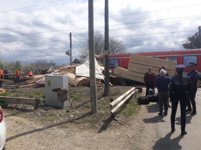 accident tren 667x500 TIR lovit de tren in Bistrita: opt raniti, trei dintre ei copii
