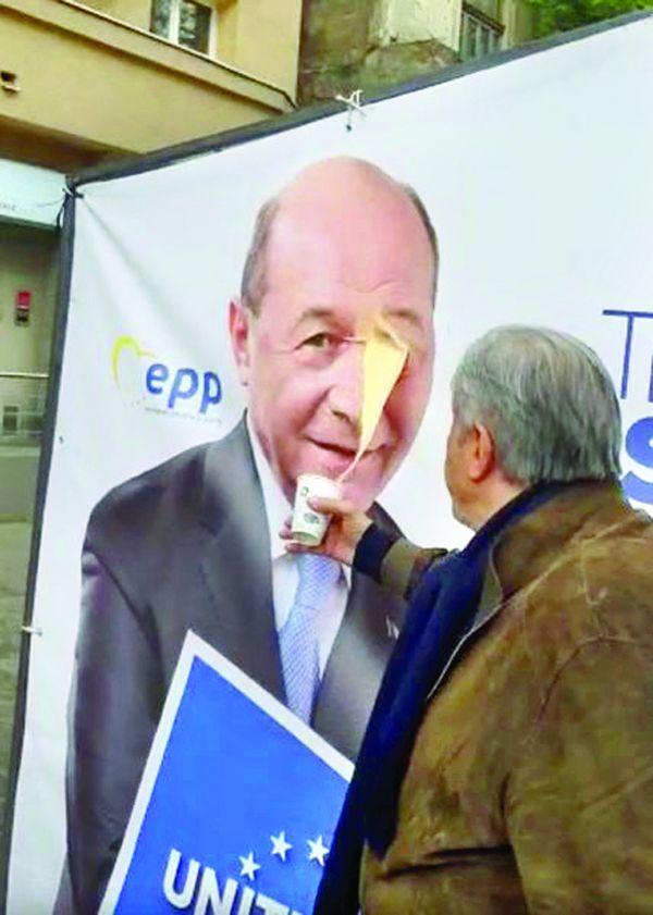 ilie nastase cafea bsescu 1 Nastase i a aruncat cu cafea in fata lui Traian Basescu