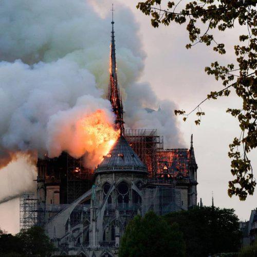 incendiu notre 500x500 Lovitura in inima Frantei: Catedrala Notre Dame, afectata de un incendiu violent (VIDEO)