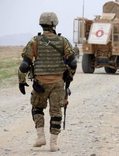 "militar 382x500 Doi dintre militarii raniti in Afganistan, in grija medicilor de la ""Carol Davila"""