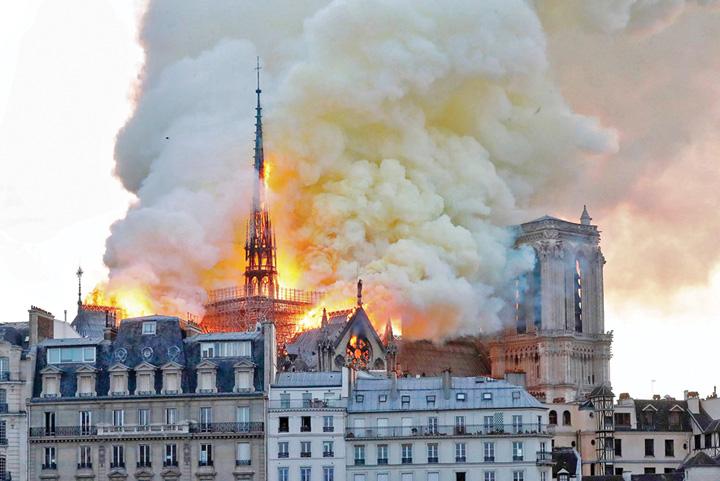 """notre dame fire crop1504a Notre Dame, """"Colectivul"""" Frantei"""