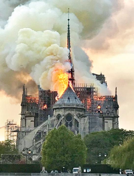 """notre dame fire Notre Dame, """"Colectivul"""" Frantei"""