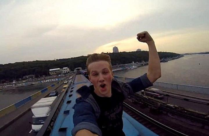 selfie pe tren Selfie ul pe tren: 15 copii au fost electrocutati