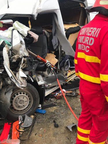 accident bistrita 375x500 Accident grav in Bistrita: Doi oameni aflati intr un microbuz au avut nevoie de descarcerare