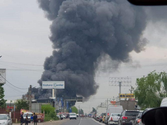 incendiu afumati 667x500 Nor urias de fum la la periferia Capitalei   incendiu un complex comercial