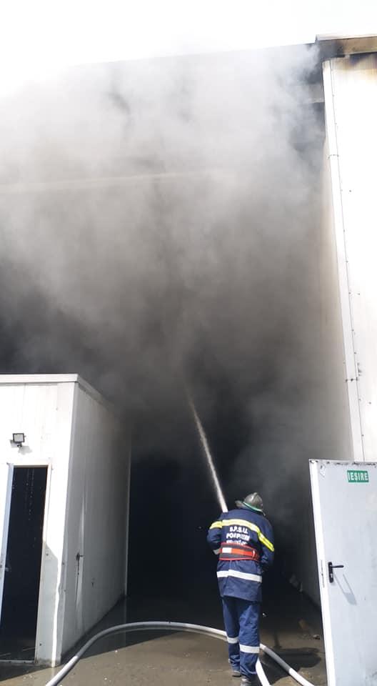 incendiu depozit 2 Incendiu la un depozit de deseuri din Hunedoara (FOTO)