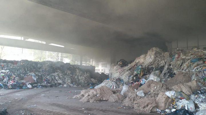 incendiu depozit 720x405 Incendiu la un depozit de deseuri din Hunedoara (FOTO)