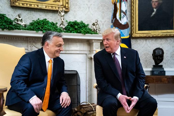 trump 2 Trump mangaie unde loveste Bruxellesul