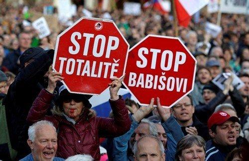 """D8PVRXjUEAAXXg0 """"Cele mai mari proteste din Praga de la căderea Comunismului"""" (VIDEO)"""