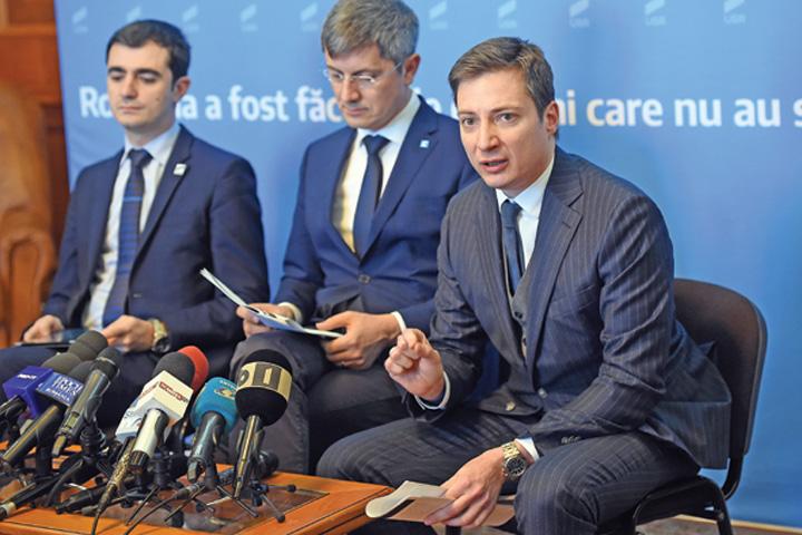 andrei caramitru Caramitru jr. promite să i belească pe bugetari. Începe cu tac'su?