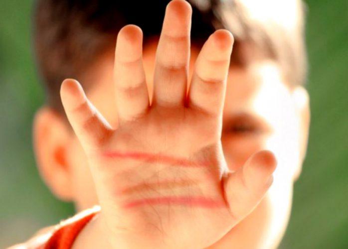 pizap.com15627441627001 698x500 Copil bătut crunt de un grup de adolescenți – printre care și o fată (VIDEO)