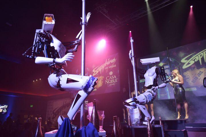 robot strippers at ces 720x478 Roboţii pe tocuri care dansează la bară