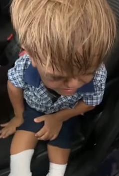 baietelul filmat Imagini dureroase cu un băieţel hărţuit din cauza înălţimii (VIDEO)